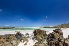 Plażowy widok z białym piaskiem, skałami i kryształem, jasna woda przy Brandfontein, Rietfontein rezerwat przyrody blisko przyląd Zdjęcia Stock