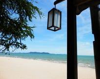 Plażowy widok z lampą obrazy stock