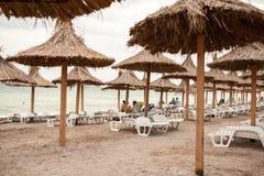Plażowy widok z turystów parasolami i garbnikować Obraz Stock