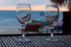 Plażowy wieczór na zmierzchu z dwa szkłami Obrazy Stock