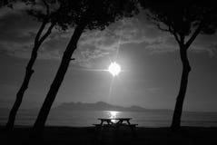 Plażowy wschód słońca w czarny i biały Fotografia Royalty Free