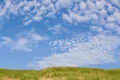 Plażowy wybrzeże z diunami na słonecznym dniu z niektóre pięknymi chmurami Obraz Stock