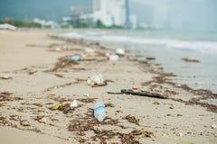 Plażowy zanieczyszczenie Klingeryt butelki i inny grat na morzu wyrzucać na brzeg fotografia stock