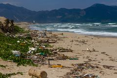 Plażowy zanieczyszczenie, klingeryt i odpady od oceanu na plaży, zdjęcie royalty free