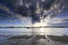 Plażowy zmierzch z zmrok chmurą Fotografia Stock