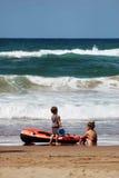 plażowych dziewczyn mały bawić się Obraz Royalty Free