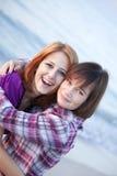 plażowych zbliżenia dziewczyn szczęśliwy portret dwa Fotografia Royalty Free