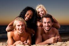 plaży cztery przyjaciół zmierzch Zdjęcie Royalty Free