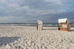 plaży krzeseł głębii pola płycizna bardzo zdjęcia stock
