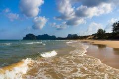 plaża chmurnieje osamotnionego Zdjęcie Royalty Free