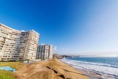 Plaża i budynki mieszkaniowi Obrazy Royalty Free