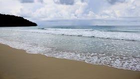 Plaża i fala z ponurym niebem Obraz Stock