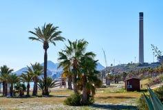 Plaża i komin cementowa fabryka w Carboneras Hiszpania Zdjęcia Royalty Free
