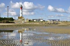 Plaża i latarnia morska Ouistreham w Francja Fotografia Stock