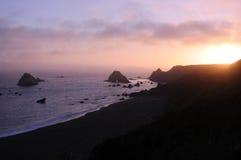 plaża nad skalistym zmierzchem Zdjęcie Royalty Free