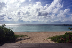 Plaża, ocean, niebieskie niebo i drewniana scena, Obrazy Stock
