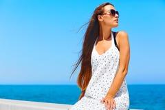 plażowi Formentera wyspy kobiety potomstwa Dziewczyna odpoczywa na molu Obrazy Stock