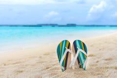 Plażowi kapcie w piasku przy Maldives Zdjęcie Stock
