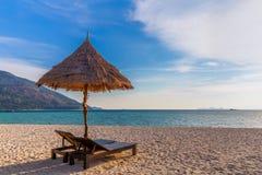 Pla?owi krzes?a, parasol i palmy na pi?knej pla?y dla, wakacji i relaksu przy Koh Lipe wysp?, Tajlandia zdjęcia royalty free