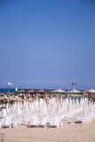 Plażowi parasole i sunbeds na piasku. Fotografia Stock