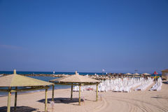 Plażowi parasole i sunbeds na piasku. Zdjęcie Royalty Free