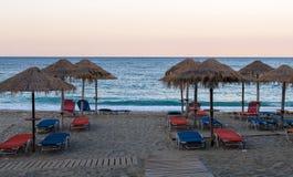 Plażowi parasole w zmierzchu Obraz Royalty Free