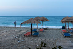 Plażowi parasole w zmierzchu Zdjęcie Stock