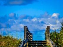 Plażowy Boardwalk z niebem, chmurami i morze owsami, Zdjęcie Stock