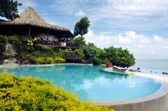 Plażowy bungalow w tropikalnej pokojowego oceanu wyspie. Zdjęcia Royalty Free
