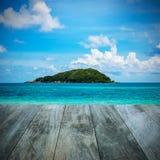 Plażowy i tropikalny morze z niebieskim niebem Obraz Stock