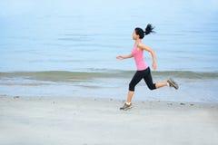Plażowy kobieta biegacz zdjęcia royalty free
