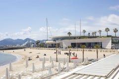 Plażowy obszycie Palais Du Festiwal w Cannes, Francja zdjęcia royalty free