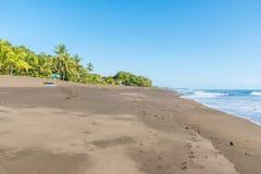 Pla?owy parasol i r?cznik przy playa hermosa en Costa Rica - wybrze?e pacyfiku fotografia royalty free