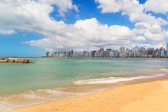 Plażowy Praia da Costa, piasek, morze, niebieskie niebo, Vila Velha, Espirito Fotografia Stock