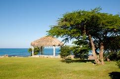 Plażowy schronienie i ocean Obrazy Royalty Free