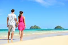 Plażowy wakacje letni - para na Hawaje wakacje Fotografia Royalty Free