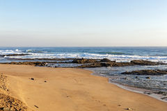 Plaża Przeciw Skalistej ocean linii brzegowej i niebieskie niebo krajobrazowi Obrazy Stock