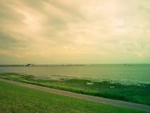 Plaża, spokojny morze i popielaty niebo, Fotografia Royalty Free