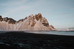 Plaża w Stokksnes, Iceland przy zmierzchem fotografia stock