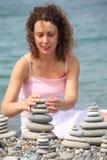 plaży budów otoczaka stert kamienna kobieta Zdjęcie Royalty Free