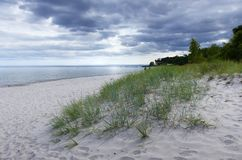 Plaża z burz chmurami obraz stock