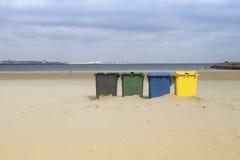 Plaża z trashcans fotografia royalty free