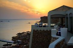 Plaża przy luksusowym hotelem podczas zmierzchu Zdjęcie Royalty Free