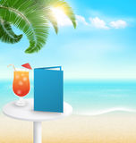 Plaża z palmowym koktajlu menu, chmurami i Wakacje backgr Fotografia Stock
