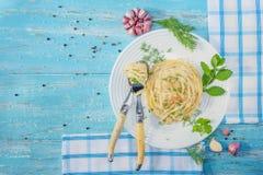 Plaat die van Italiaanse spaghetti met kippenvlees, zich op een blauw bevinden royalty-vrije stock afbeelding
