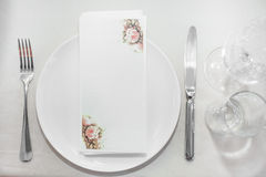 Plaat en Bestek op de lijst in restaurant Stock Afbeeldingen
