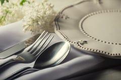 Plaat en bestekvork, lepel, mes op witte houten lijst Stock Afbeelding