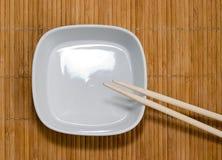 Plaat en eetstokjes Stock Foto's