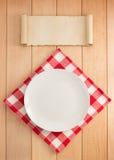 Plaat en servet op hout stock foto's