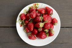 Plaat met aardbeien Stock Foto's